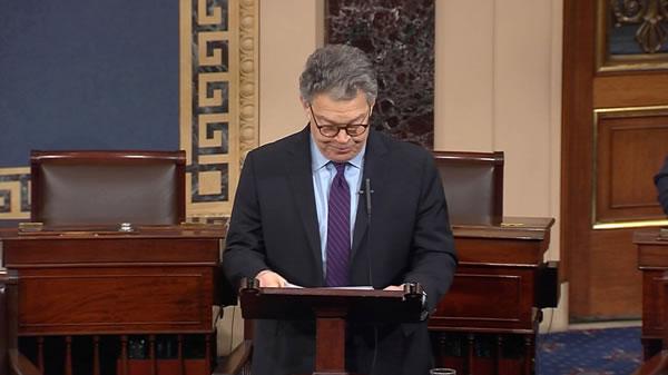 El senador demócrata Al Franken anuncia su dimisión