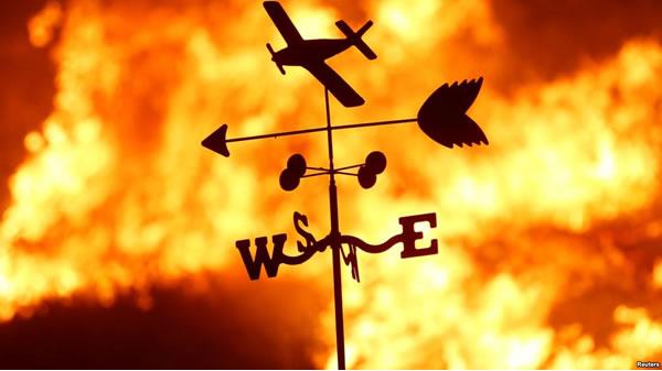 """California en """"peligro extremo de incendio"""" al retornar los vientos"""
