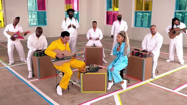 Ariana Grande y Jimmy Fallon cantan juntos con instrumentos de Nintendo Labo