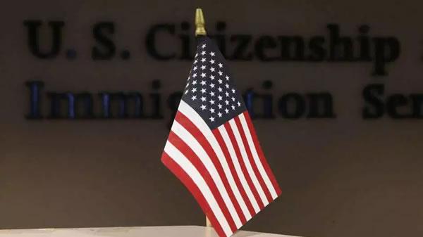 """Inmigrantes reciben ciudadanía en ceremonia """"drive-thru"""""""