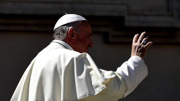 El papa Francisco destituye a obispo de Memphis