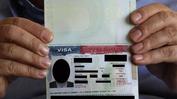 Juez dice no a política que niega tarjetas de residencia basadas en la edad