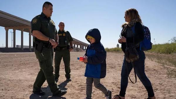 Un niño detenido en la frontera muere después de semanas en el hospital