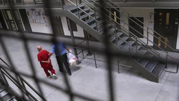 ICE no podrá trasladar a casi mil inmigrantes detenidos en California