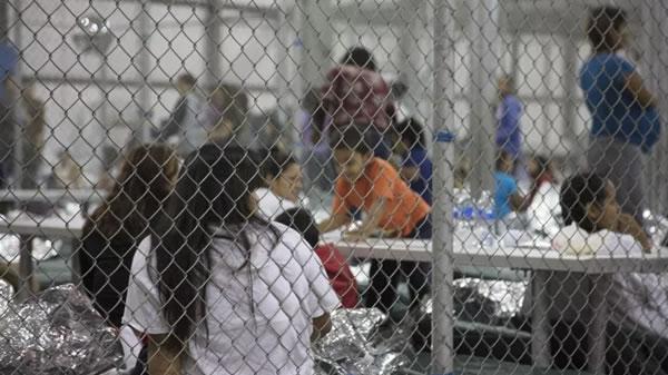 Denuncian la detención de una joven madre y su hija prematura en la frontera