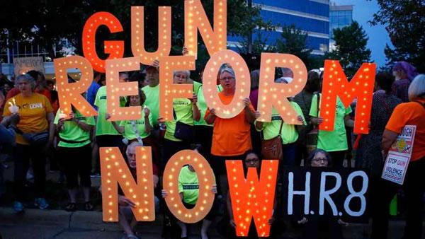 Violencia con armas de fuego domina el debate político en EE.UU.