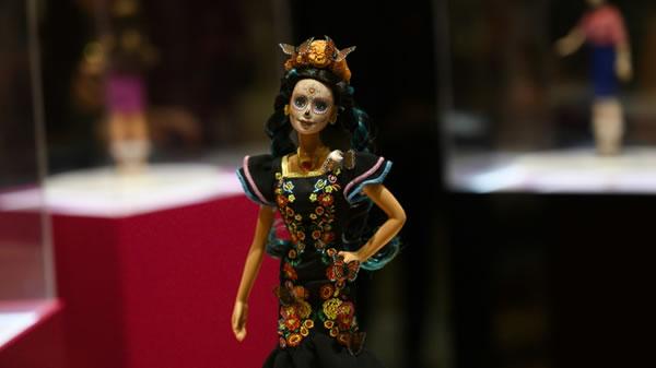 Presentan en México una Barbie edición especial del Día de los Muertos
