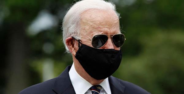 Biden reaparece en público y con la cara cubierta tras dos meses en casa. Y Trump estalla en Twitter