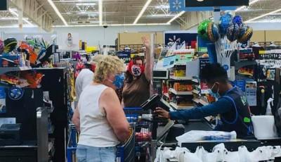 pareja con mascarillas nazis en un supermercado