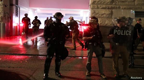 Anuncian cargos federales contra 22 arrestados en protestas en Portland