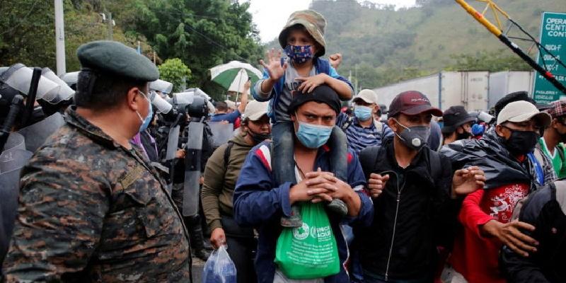 Guatemala frena caravana de 8 mil migrantes con gas lacrimógeno
