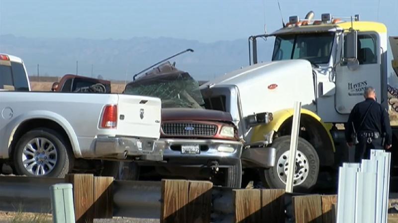 Al menos 13 indocumentados habrían muerto en accidente vial de camioneta con tráiler cerca de la frontera