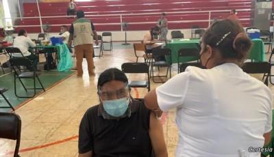Guatemaltecos viajan a México para vacunarse contra COVID-19